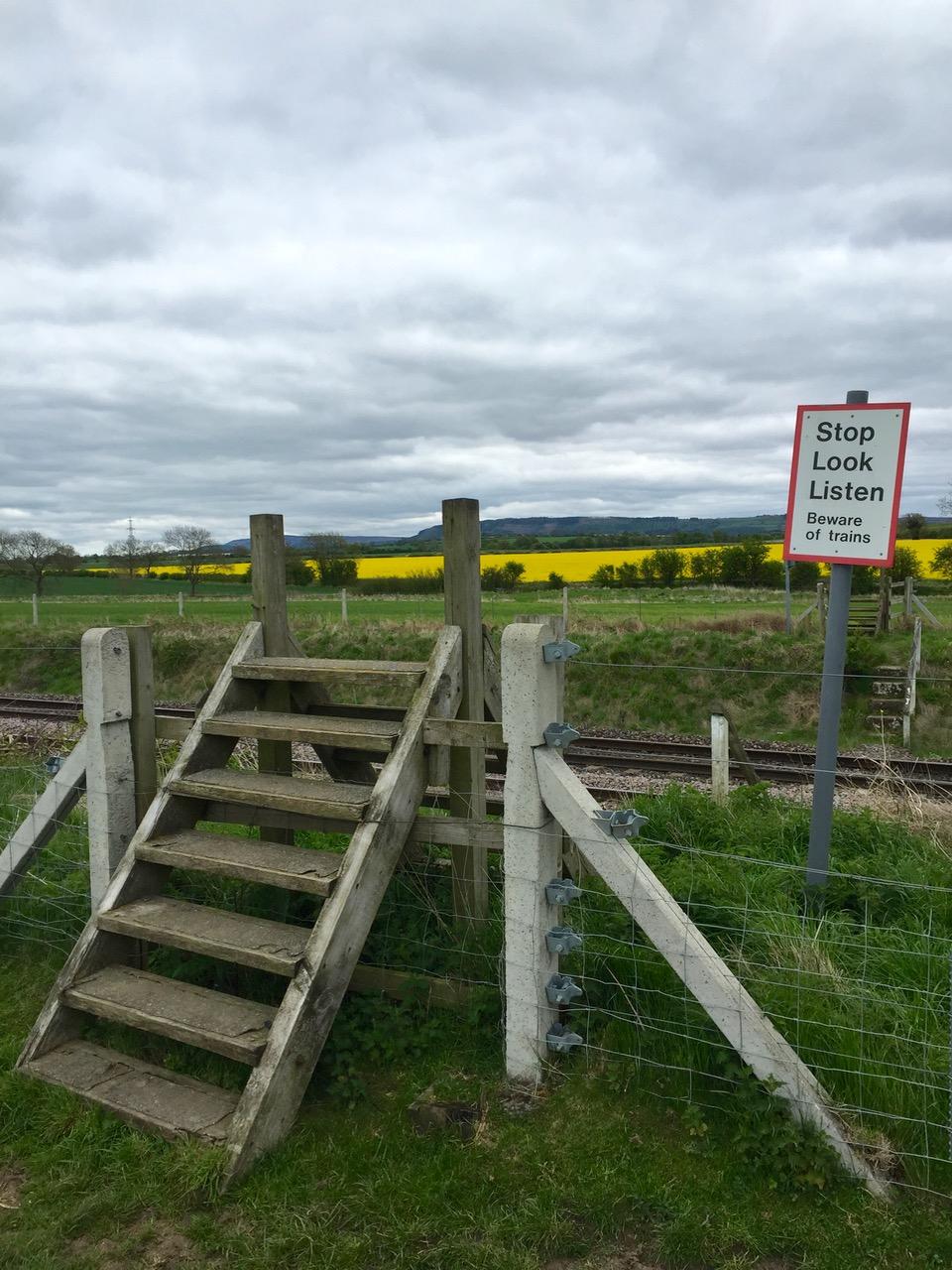 A somewhat adventurous railway crossing - Een nogal spannende spoorwegovergang.